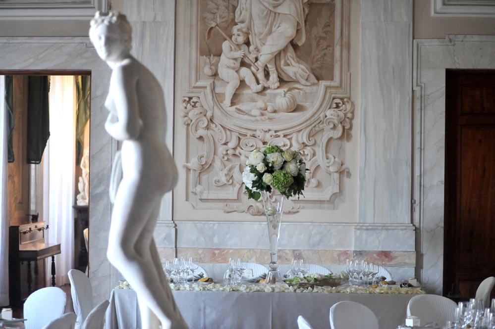 bride groom setting tuscany villa