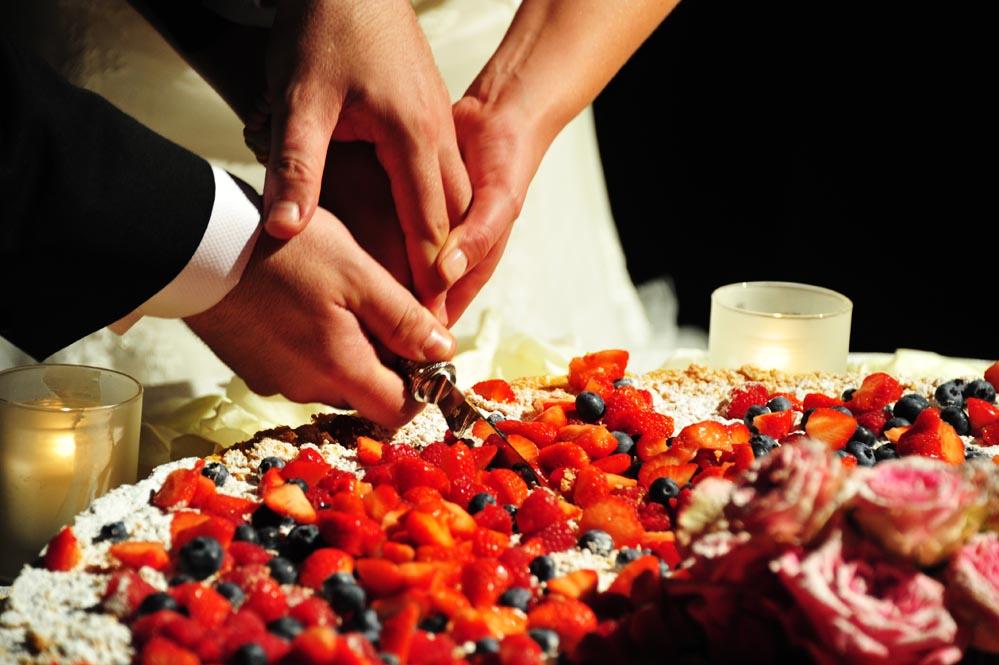 tuscanbites catering cutting wedding cake